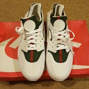 sports shoes 56441 f36cd Nike Shoes - Gucci inspired custom Air Huaraches